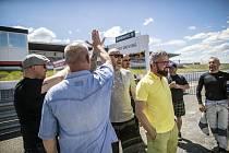 Na autodromu se partneři loučí se svobodou i uzavírají sňatky.