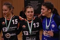 Mostecké házenkářky zakončily základní část výhrou a převzaly stříbrné medaile za druhé místo.
