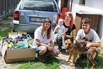Litvínovská skupina dobrovolníků skrývající se pod jménem Kampaně na pomoc psům pomohla útulku v obci Žim. Uspořádala sbírku. Do útulku přivezla nejen psí granule, ale třeba také misky či deky.