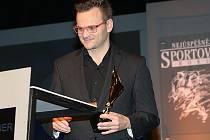 Cenu za Jakuba Langhammera, který je v Austrálii, převzal jeho tatínek Tomáš Langhammer.