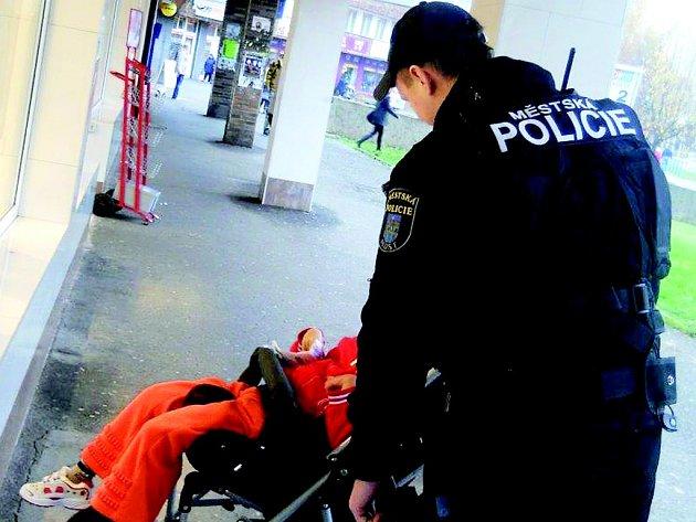 Strážník hlídá u Kahanu osamocenou devítiletou zdravotně postiženou holčičku.