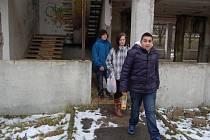 Mládež si zkracuje cestu přes bývalé jesle u hypermarketu Tesco v Mostě. V plánu je tu bytový dům.