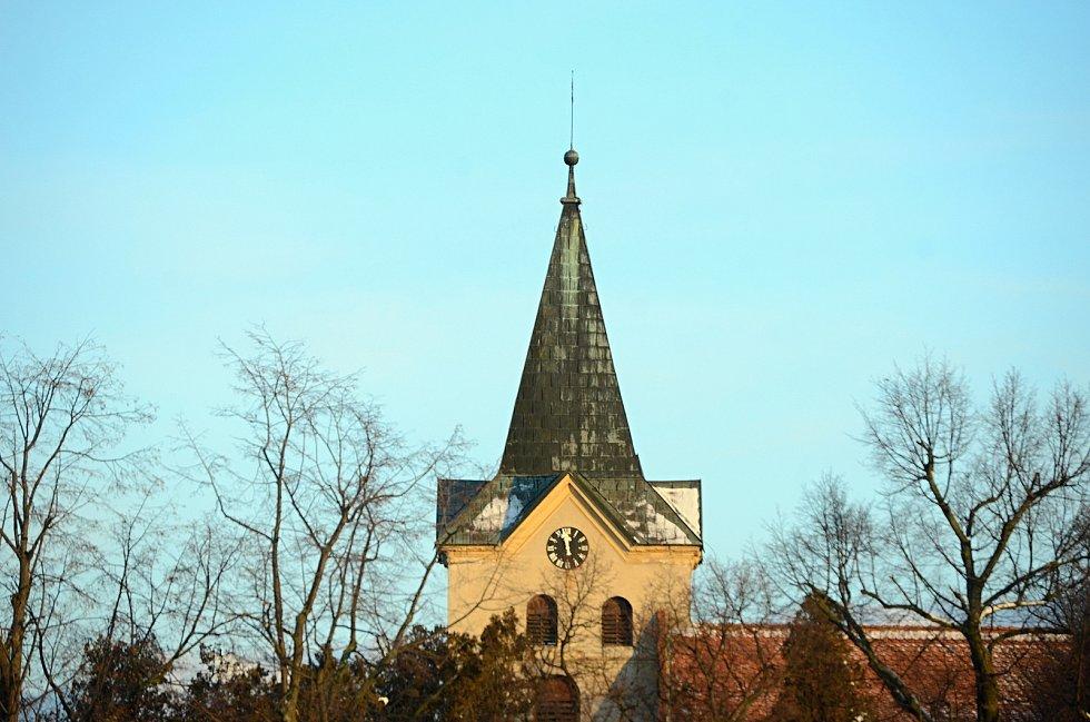 Kostel svatého Vavřince v Havrani. Hodiny ukazují 12 hodin, ale snímek vznikl v 8 hodin.