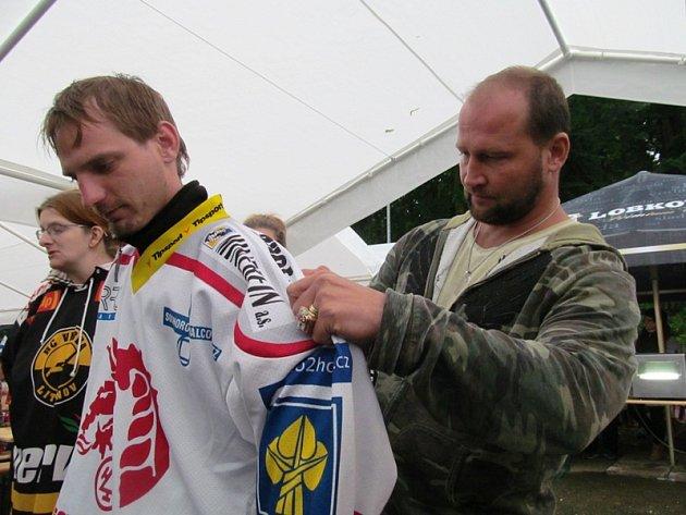 Hostem srazu byl iJiří Šlégr. Přinesl ukázat medaile a vítězné prsteny. Rozdal spoustu autogramů.