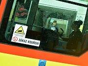 Samolepka na tramvaji v Mostě upozorňuje na kamerový systém.
