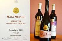 Tři ze čtyř oceněných mosteckých vín a jeden z diplomů.