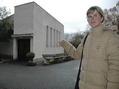Ivana Šmahelová z Litvínova ukazuje na místo, kde mělo dojít ke zneužití mrtvoly.