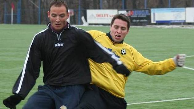 Spořický Vojtěch Bohátka (vlevo) bojuje s litvínovským Tomášem Vaculíkem o míč na zimním turnaji Apollo Cup. Spořice zvítězily nad Litvínovem B 3:2.