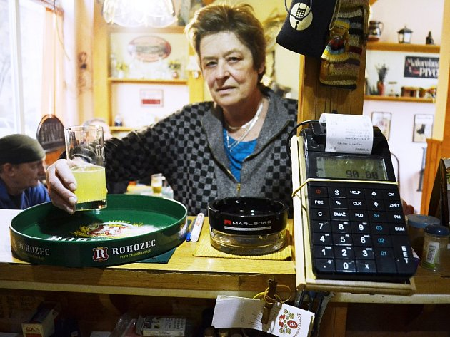 """V nejmenší hospodě v Mostě nedělají z elektronické evidence tržeb problém. """"Provoz je u nás tak malý, že se tu dá EET zvládnout,"""" řekla v prosinci Hana Hůlková, vedoucí rohozecké pivničky na tržnici."""