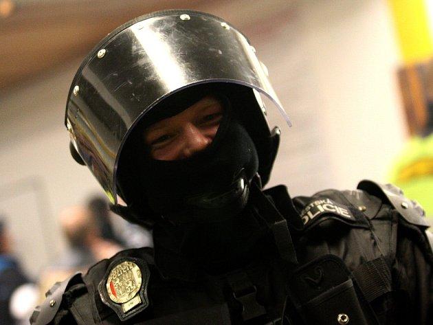 Těžkooděnec městské policie na stadioni v Litvínově.