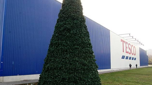 U mosteckého Tesca už je vánoční stromeček. Na konci října.