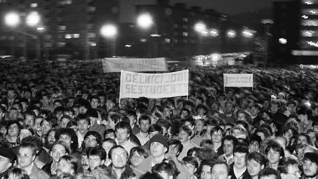 Listopad 1989 na Plecháči v Mostě. Plecháč byl velké parkoviště v centru města, kde dnes stojí nákupní komplex Central.