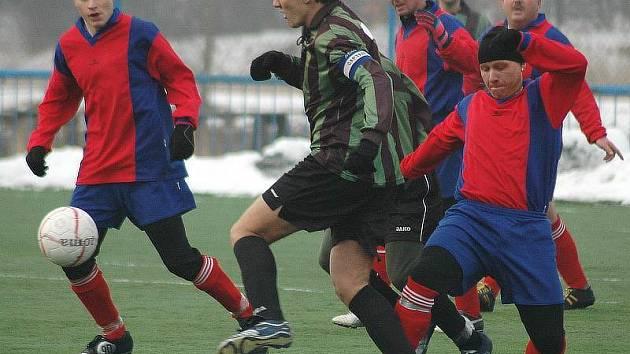 Strupčice (pruhované dresy) si na umělé trávě v areálu Baníku Souš poradily ve skupině Premium s celkem Meziboří a jasně nad ním zvítězily.