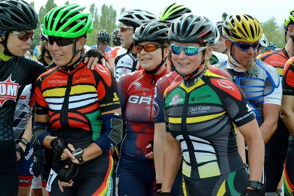 Na startu ani letos nechyběla několikanásobná olympijská medailistka v rychlobruslení, německá reprezentantka Claudia Pechstein (vpravo)
