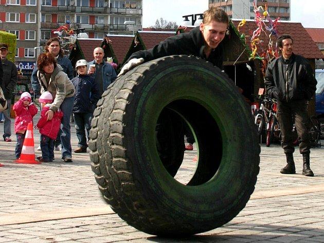 Převracení obří pneumatiky.