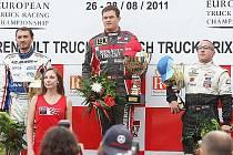 Adam Lacko (uprostřed) na stupních vítězů na mosteckém autodromu.