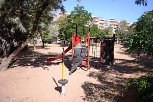 Přes sto obyvatel požaduje v petici odstranění bývalého centrálního hřiště u bloku 602 v ulici Lidická. Vadí jim cizí hlučná, nepořádná a drzá omladina, která vytlačila z plácku místní malé děti.