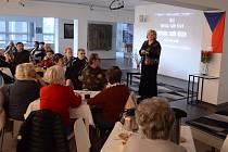 V mostecké knihovně vznikla devátá skupina Klubu seniorů.