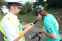 Dopravní policisté kontrolují skupinu cyklistů poblíž mostecké Matyldy