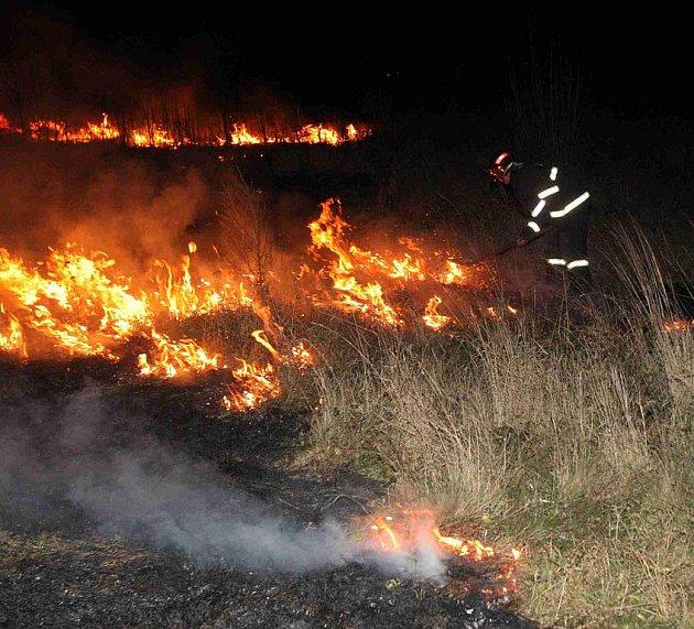 Hasiči zasahovali u požáru travního porostu u mosteckých Rudolic