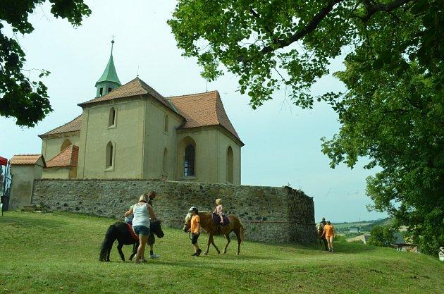 VBedřichově Světci byla pouť, otevřel se kostel.