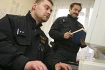 Policisté v nové policejní služebně.