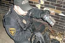 Strážník se zadrženým lupem.