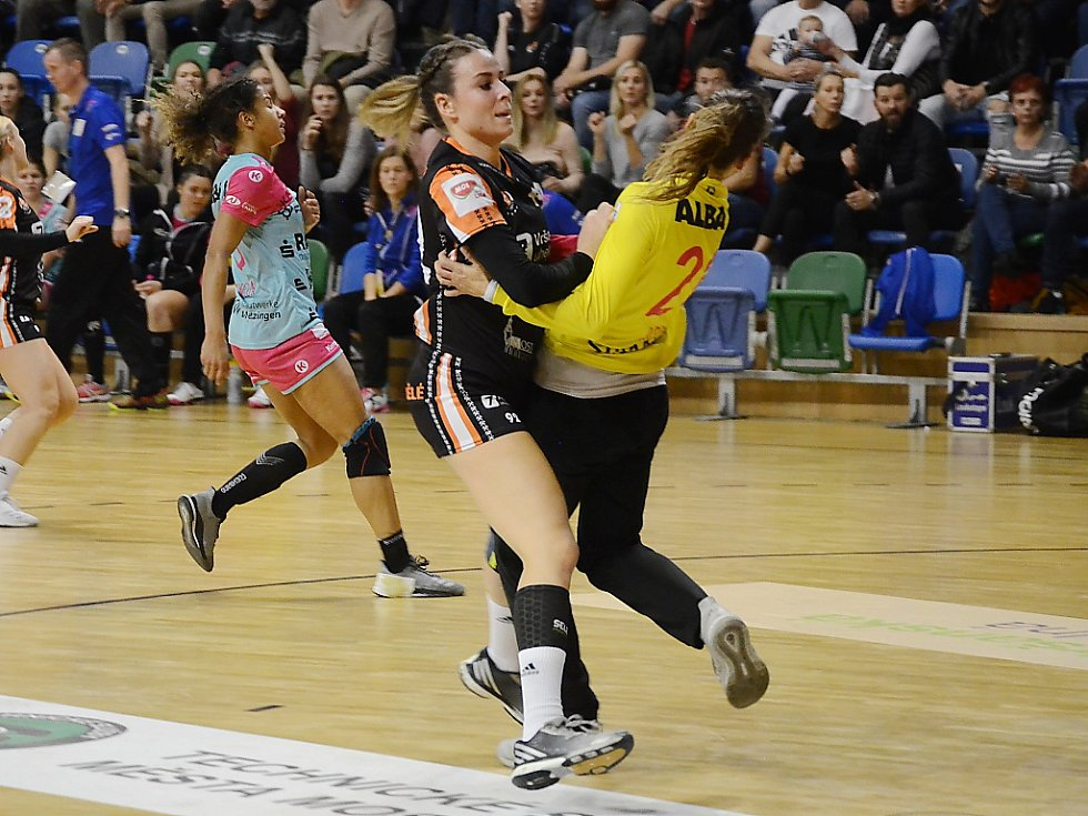 Domácí Michaela Janoušková se srazila s brankářkou Metzingenu Isabelle Rochovou. Němky v Mostě vyhrály o devět gólů.