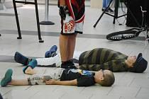 To nejsou demonstranti. Dva školáci si v Centralu lehli dobrovolně na zem, aby přes ně mohl skočit cyklista.