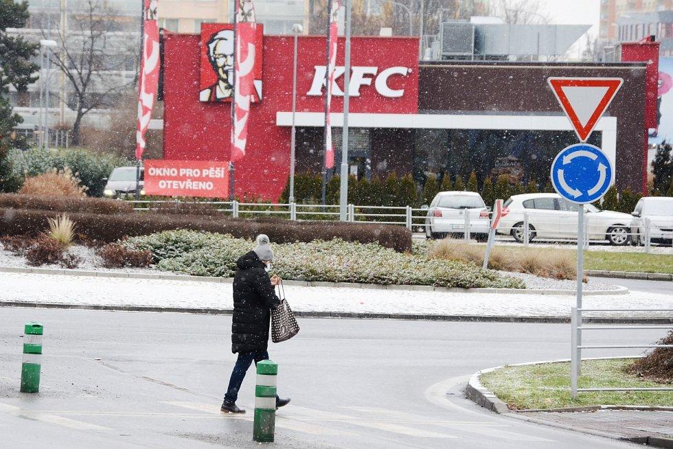 Přechod pro chodce mezi Lidlem a Kahanem v ulici Velebudická v Mostě