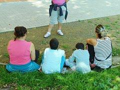 Romové sedí ve Stovce na zemi tam, kde měly být podle projektu lavičky. Město je nechalo na přání stěžovatelů z projektu vyškrtnout. Záměr rekonstrukce Stovky dotovala EU.