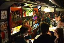 Protidrogový vlak v Mostě. Fiktivní bar ukazuje, jak snadno lze podlehnout závislosti.