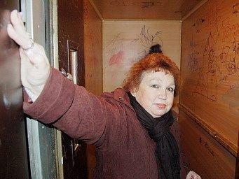 Mostečanka Hana Kašparová vystupuje z výtahu ve věžovém domě v Dobnerově ulici. Vnitřek výtahu je v otřesném stavu.