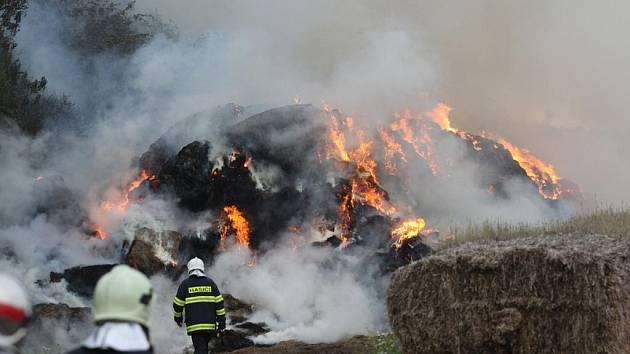 pozar velkeho stohu sena likvidovali hasiči v pátek v podvečerních hodinách.