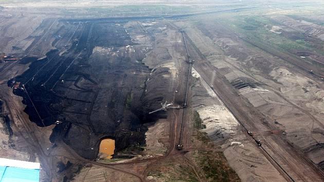 Letecký snímek z roku 2008 ukazuje šachtu na Chomutovsku.