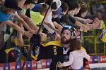 Kapitán Michal Trávníček s malou dcerkou v ruce děkuje fanouškům po záchraně extraligy.