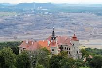 Výhled na lom ČSA z prostoru nad zámkem Jezeří. Vedení Litvínova chce, aby se zásoby uhlí na tomto lomu odepsaly.