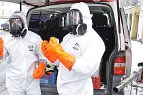 Dezinfekci dvou městských bytových domů v Litvínově proti koronaviru zajistili ve středu 17. března členové jednotky sboru dobrovolných hasičů.