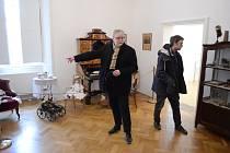 Jan Trnka a Matyáš Trnka si prohlédli litvínovský zámek, kam umístí výstavu o Jiřím Trnkovi.
