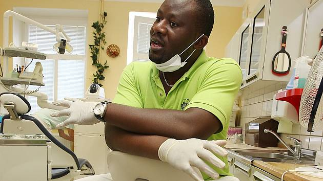 Zubař Fabrice Nduba Bondo, který pochází z Konga.