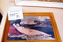 Obrazy nabídnuté mosteckou radnicí na prodej v roce 2012 při burze městského majetku.