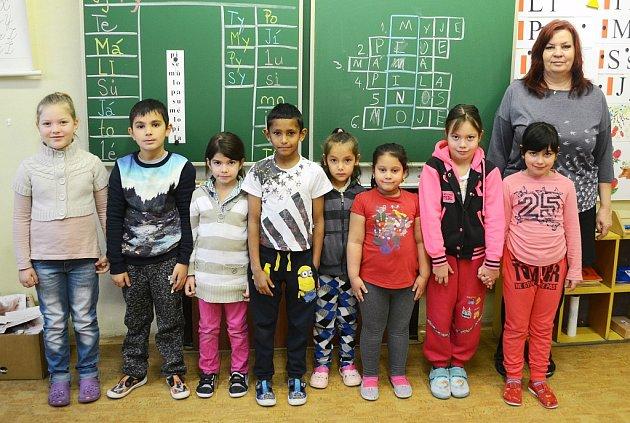 Žáci 1.B Základní školy Obrnice střídní učitelkou Zdeňkou Švantnerovou