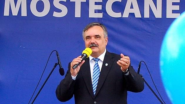 Vlastimil Vozka při volební kampani v roce 2010, po které podruhé obhájil post primátora. Teď je jeho budoucnost nejasná.