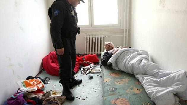 Litvínovský strážník při kontrole bytu, z něhož se podle sousedů line neuvěřitelný zápach.