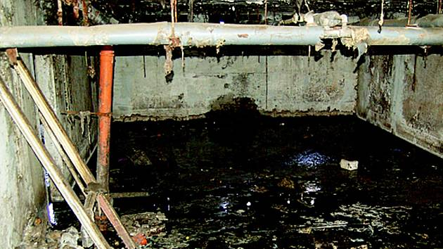 Chánovský panelák s tekoucí vodou do sklepa.