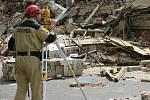 Kontrola zdemolované budovy, zda nehrozí její další zřícení.