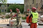Záchranáři s týmem, který Destruction 2010 připravoval.