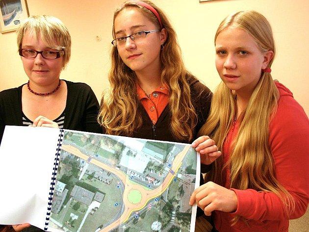 Deváťačky s projektem zklidnění dopravy v Meziboří, který vytvořil dopravní inženýr na základě jejich průzkumu.