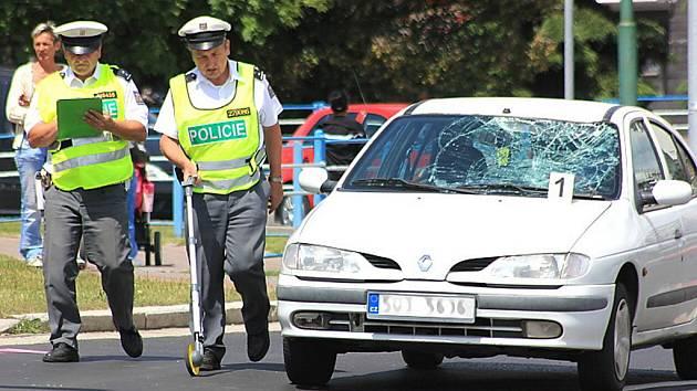 Policisté vyšetřují nehodu, při níž srazilo auto chodce u mosteckého Kahanu.