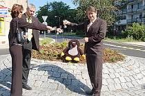 Růžena Klármanová z litvínovské firmy Aqua pozemní práce, starosta Milan Šťovíček a hejtman Ústeckého kraje Jiří Šulc pokřtili kruhový objezd.
